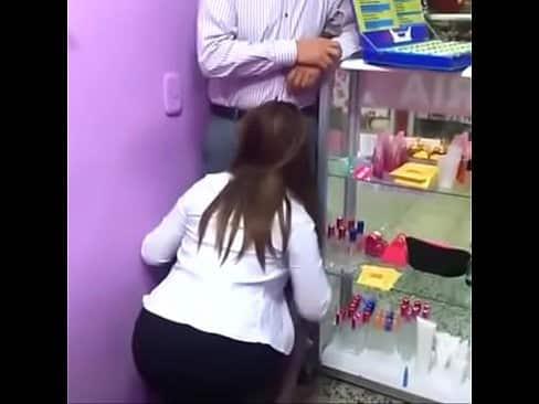Safada pagando boquete na farmácia para o patrão