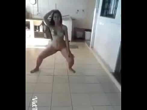 Novinha peladinha se exibindo na webcam dançando funk