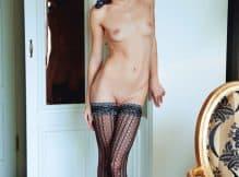 Fotos excitantes de uma magrela nua mostrando sua bucetinha