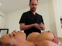 X videos porno online com essa loira cavala gozando no pau do massagista