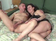 Casal de coroas porno fazendo sexo oral com beijo grego