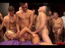 Suruba porno loira safada realizando o sonho dos marmanjos