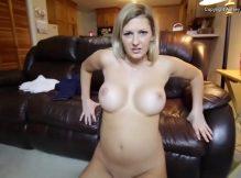 Fudendo e gozando dentro da mãe do amigo coroa porno